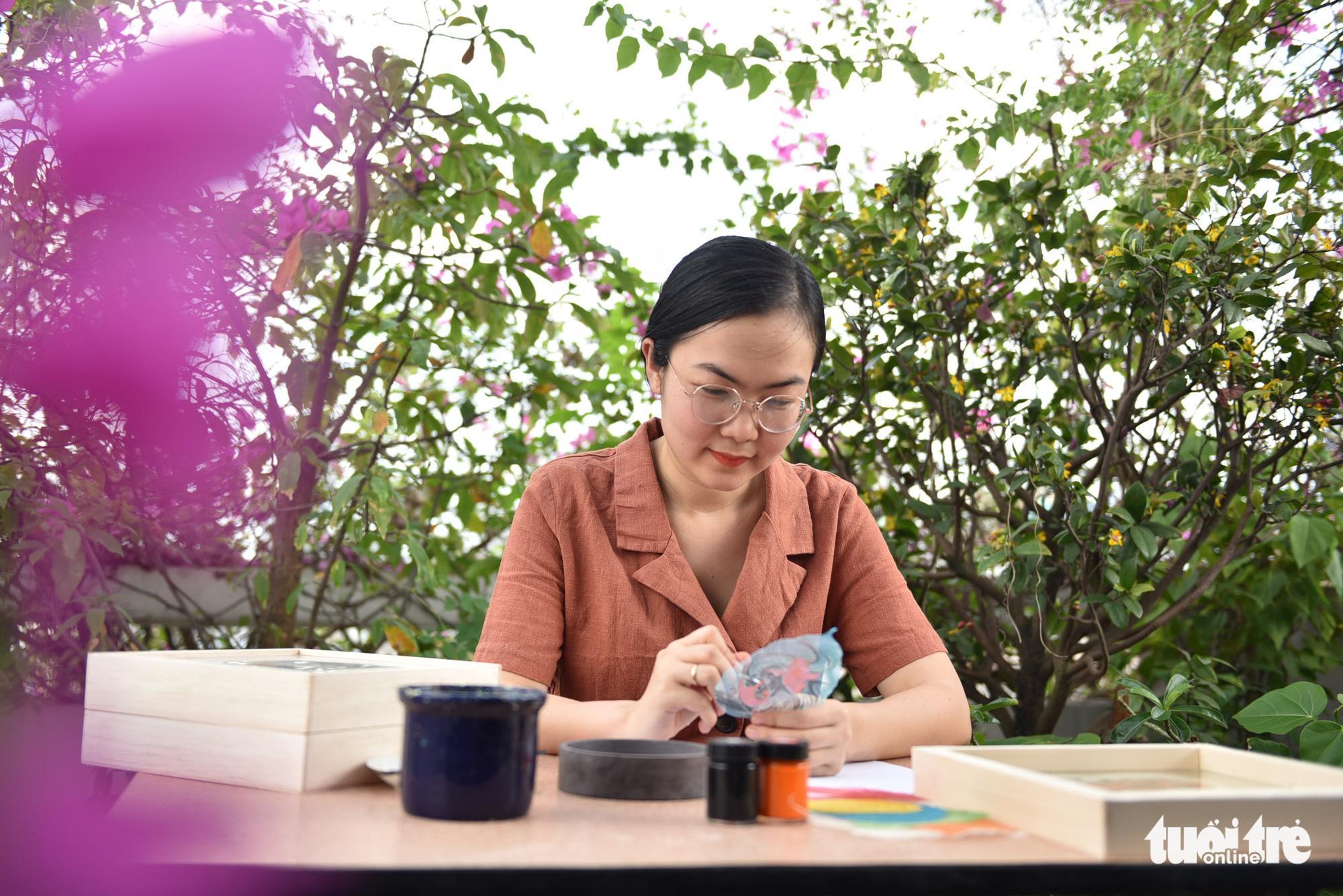 This woman revives Vietnamese Dong Ho folk paintings on peepal leaves