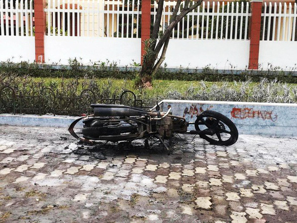 Man burns down own motorbike after pulled over by traffic police in Vietnam