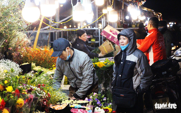 Traders, laborers droop in freezing cold at Hanoi markets