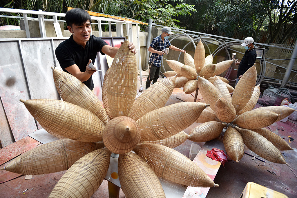 Workers make decorations for Tet holiday at a workshop in Binh Chanh District, Ho Chi Minh City. Photo: Ngoc Phuong / Tuoi Tre