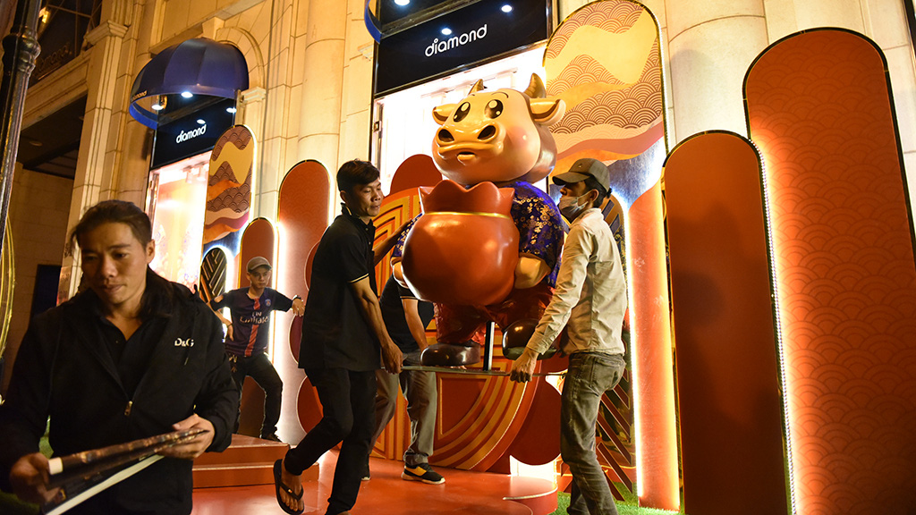 A buffalo mascot statue is placed in front of Diamond Plaza in District 1, Ho Chi Minh City. Photo: Ngoc Phuong / Tuoi Tre