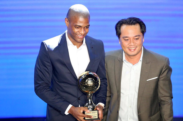 Bruno Cantanhede of Viettel FC reacts after receiving the 2020 Vietnam Golden Ball Award for foreign player in Ho Chi Minh City, January 12, 2021. Photo: N.K./ Tuoi Tre