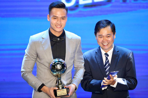 Hanoi FC's Bui Hoang Viet Anh (left) reacts after receiving the 2020 Vietnam Golden Ball Award for young male player in Ho Chi Minh City, January 12, 2021. Photo: N.K./ Tuoi Tre