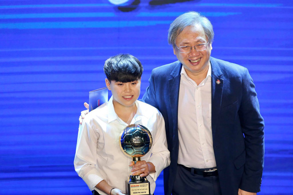 Hanoi FC's Ngan Thi Van Su (left) reacts after receiving the 2020 Vietnam Golden Ball Award for young female player in Ho Chi Minh City, January 12, 2021. Photo: N.K./ Tuoi Tre