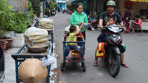 Saigon's 'mismatched' peddling couple proves 'true love sees, but doesn't mind'