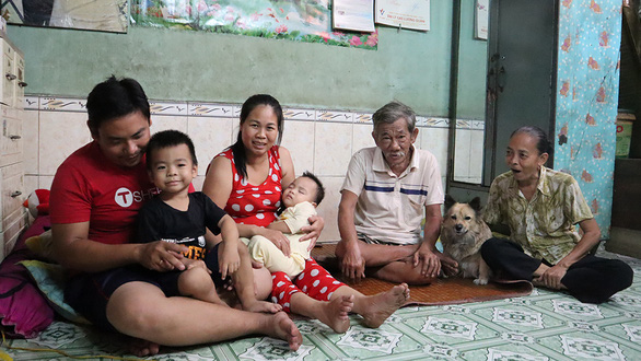 Le Van Truong, his wife, their two young sons and Truong's parents gather before boiling corn cobs at their cozy apartment in District 3, Ho Chi Minh City, Vietnam. Photo: Le Van/ Tuoi Tre