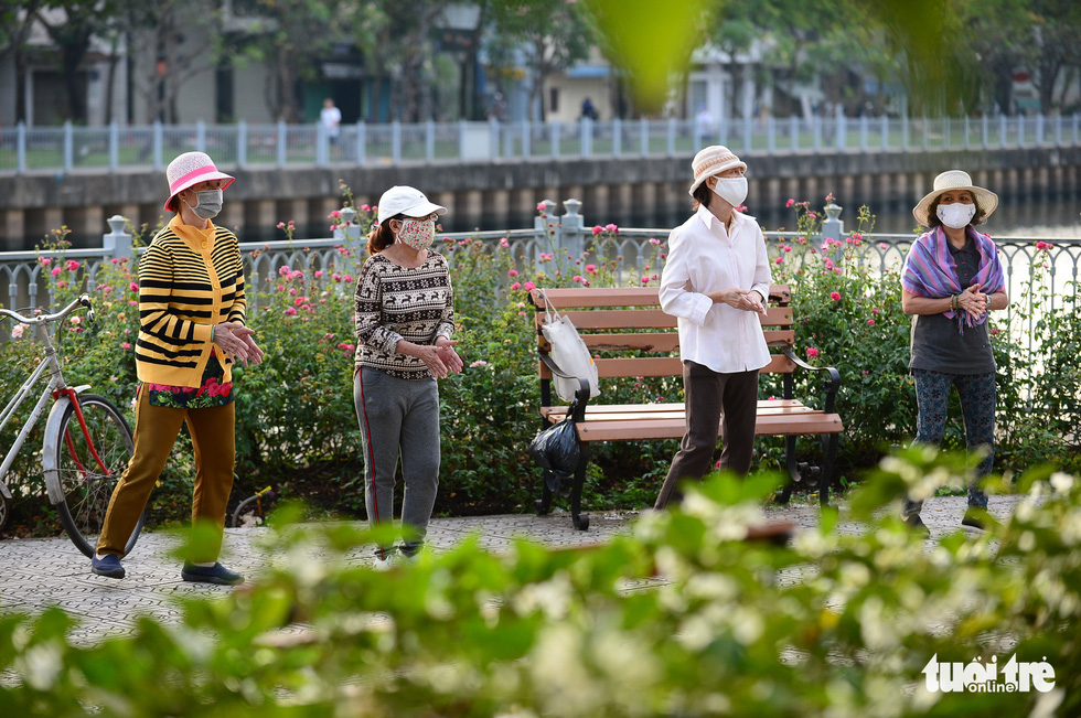 Ho Chi Minh City dwellers wear warm clothes during morning exercise, January 13, 2021. Photo: Quang Dinh / Tuoi Tre