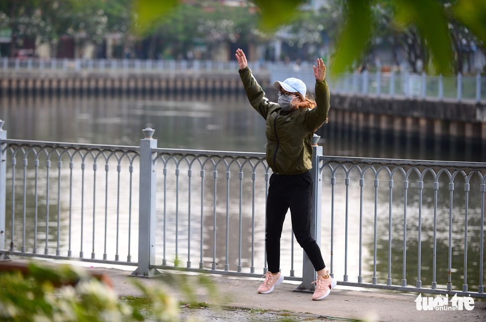 A Ho Chi Minh City dweller wears warm during morning exercise, January 13, 2021. Photo: Quang Dinh / Tuoi Tre