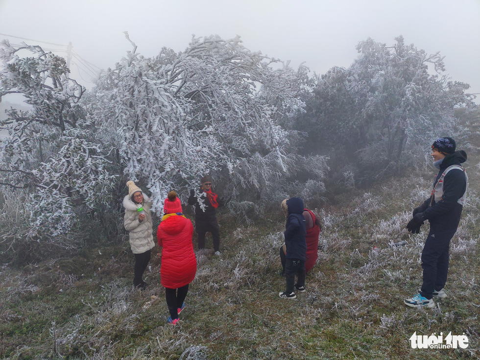 Visitors take photos near the crystalized landscape on Mount Mau Son in Lang Son Province, January 9, 2021. Photo: Minh Duc