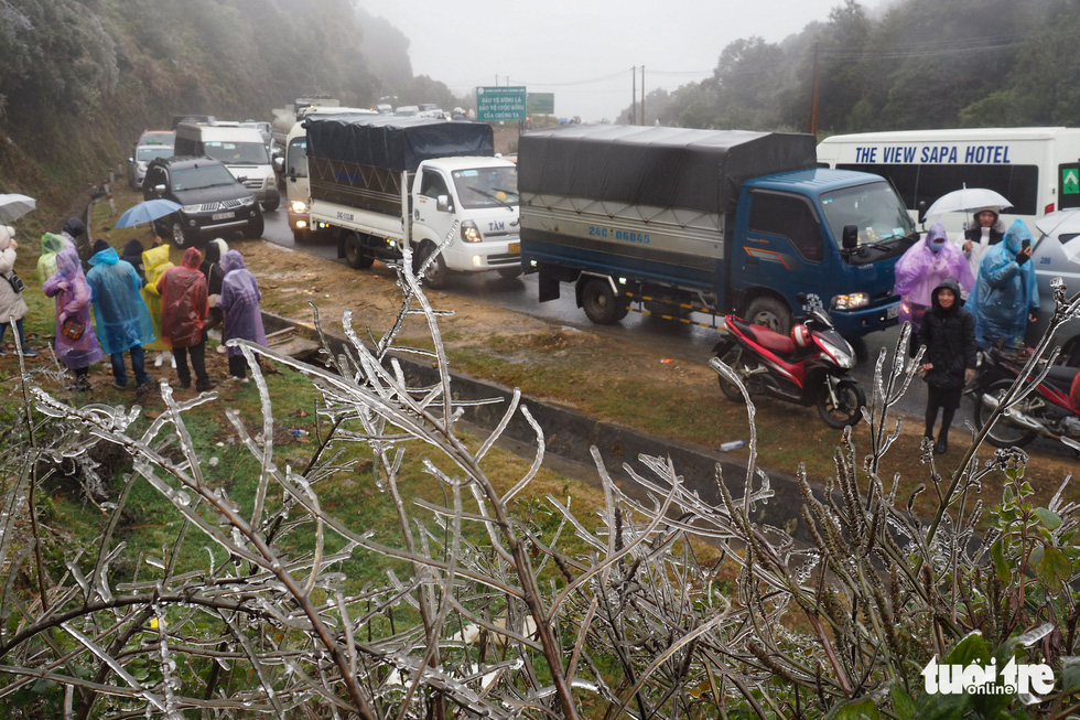 Traffic was heavily delayed along the O Quy Ho Pass as visitors from across Vietnam flocked to the region to see snow on January 9, 2021. Photo: Vu Tuan / Tuoi Tre