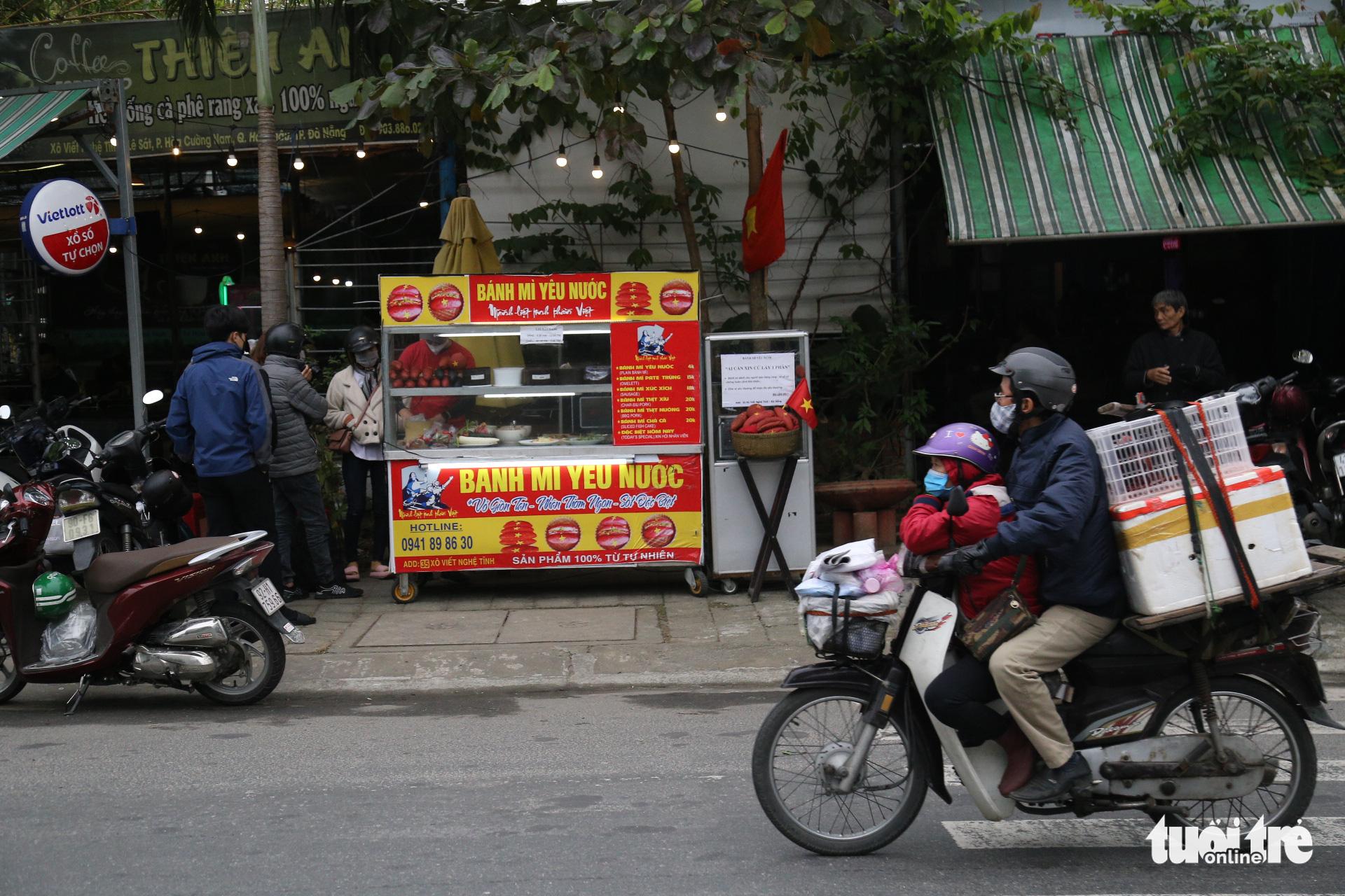 The Banh mi yeu nuoc (Patriotic 'banh mi') stand on Xo Viet Nghe Tinh Street in Hai Chau District, Da Nang City, Vietnam. Photo: Doan Nhan / Tuoi Tre