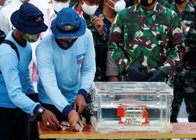 Indonesia Navy members carry a part of the retrieved black box of Sriwijaya Air flight SJ 182, which crashed into the sea at the weekend off the Jakarta coast, in Jakarta, Indonesia, January 12, 2021. Photo: Reuters