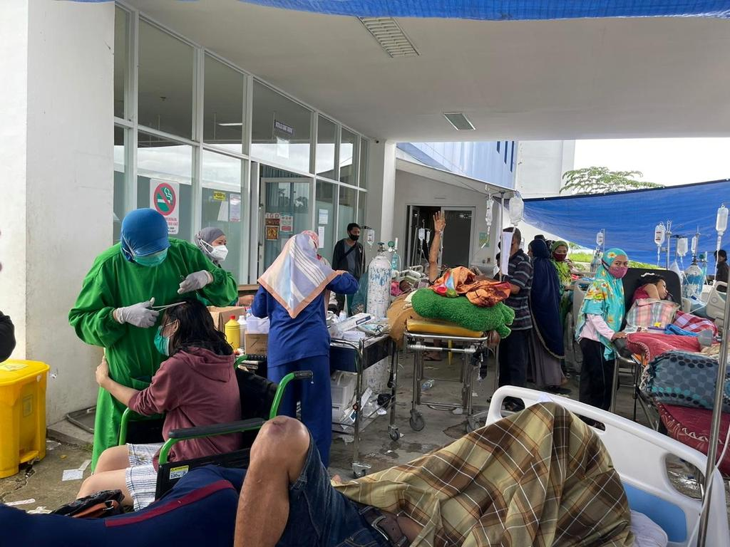 Injured people are seen outside an Emergency Room following an earthquake in Mamuju, West Sulawesi, Indonesia January 15, 2020, in this picture obtained from social media. Photo: Palang Merah Indonesia/via REUTERS