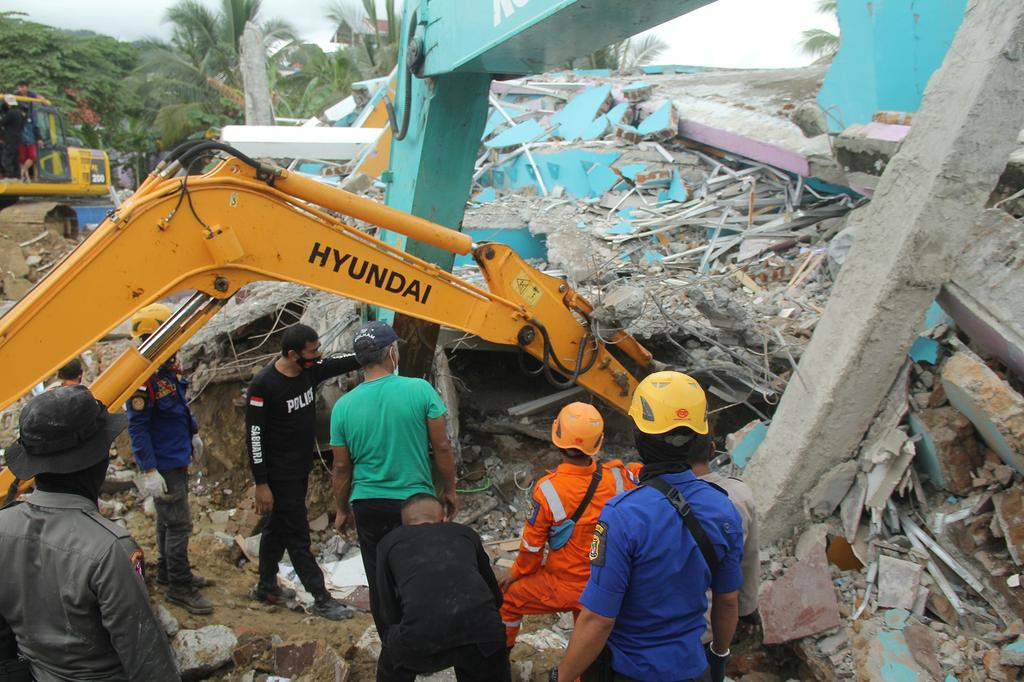 Rescuers use an excavator to dig through a damaged hospital building to search for survivors following an earthquake in Mamuju, West Sulawesi province, Indonesia, January 15, 2021 in this photo taken by Antara Foto. Photo:  Antara Foto/Akbar Tado/ via REUTERS
