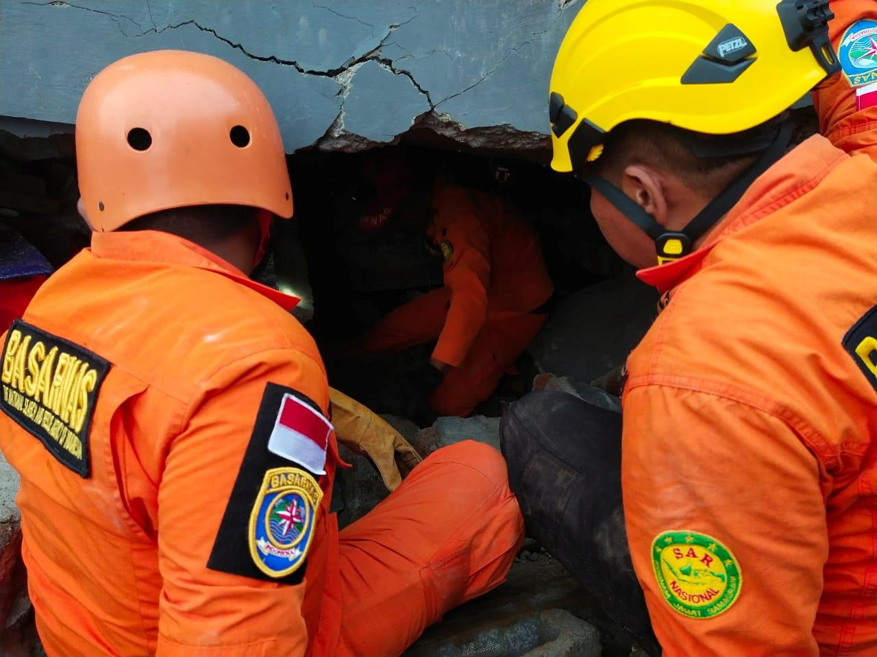 Members of a search and rescue agency team dig through rubble after an earthquake, in Mamuju, West Sulawesi Province, Indonesia January 15, 2021. Photo: Reuters