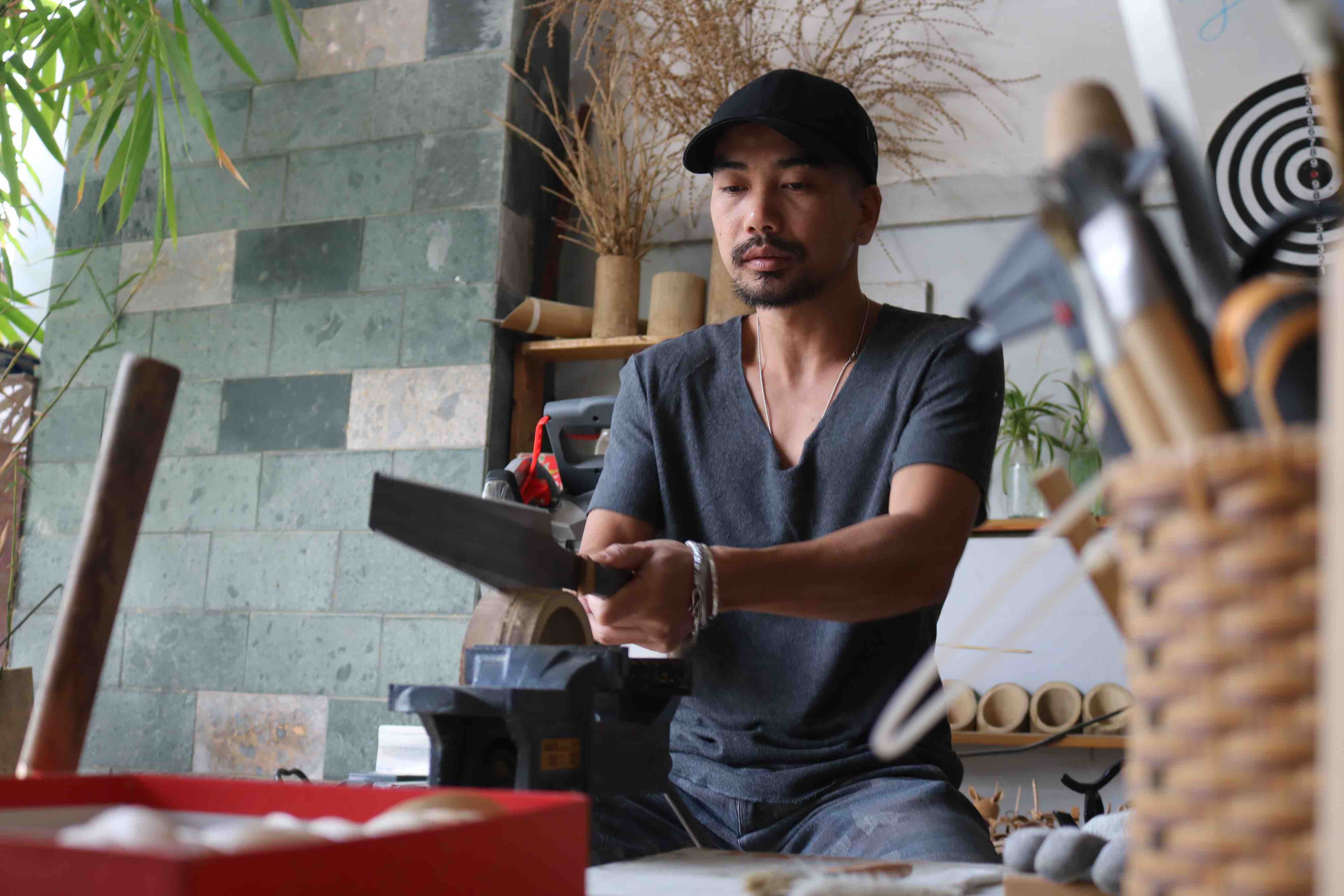 Nguyen Manh Cuong shows off his bamboo carving talentat his workshop in District 10, Ho Chi Minh City. Photo: Hoang An / Tuoi Tre