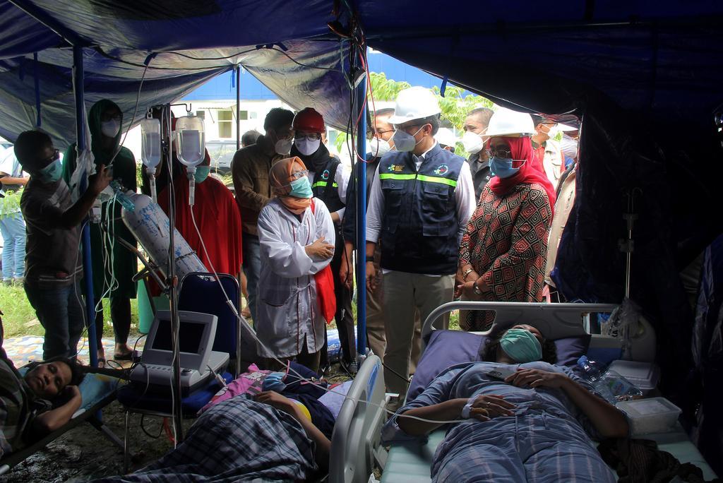 Indonesian Health Minister Budi Gunadi Sadikin visit injured people following an earthquake in Mamuju, West Sulawesi province, Indonesia, January 16, 2021 in this photo taken by Antara Foto. Photo: Reuters