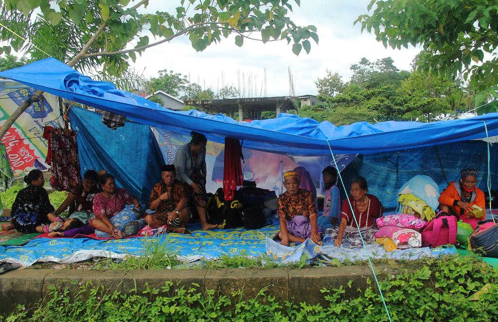 Locals who fled to higher ground are seen at a temporary shelter following an earthquake in Mamuju, West Sulawesi province, Indonesia, January 16, 2021 in this photo taken by Antara Foto. Photo: Reuters