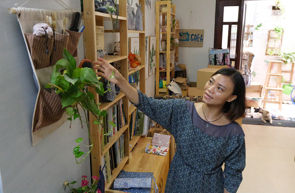 Hanoi woman runs business producing bags from plastic waste