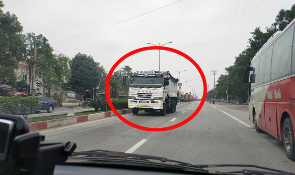 Truck driver heavily fined for driving in wrong direction on highway in northern Vietnam