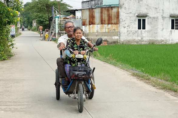 This elderly Vietnamese 'mismatched' couple will remind you what love is all about