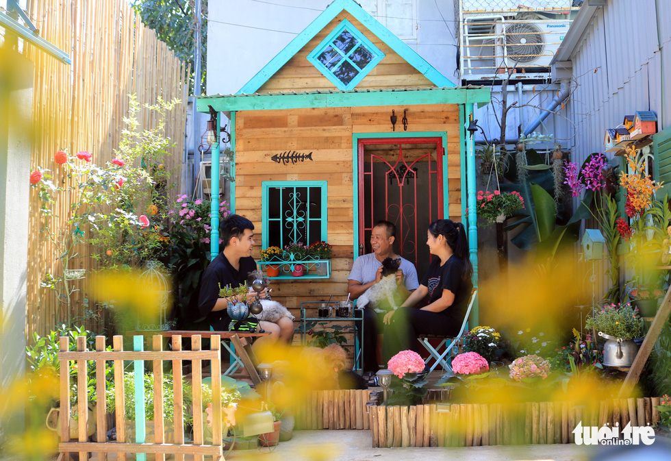 Family members sit around in the garden to chat and laugh with each other after hours of working or studying. Photo: Nhat Thinh / Tuoi Tre