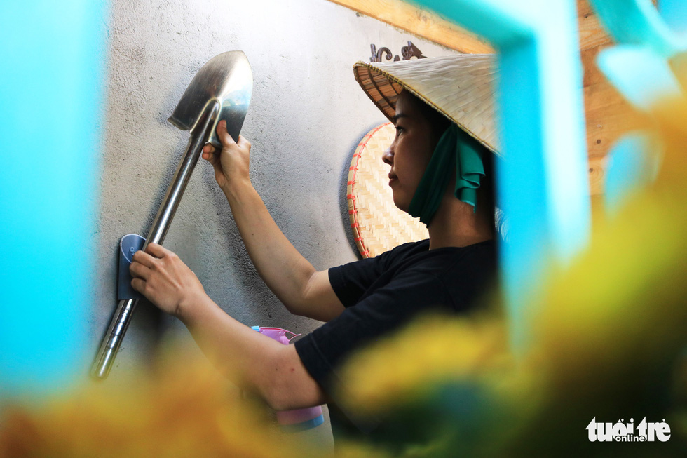 Nhu Ngoc sticks a mini shovel on the wall to decorate her small garden. Photo: Nhat Thinh / Tuoi Tre
