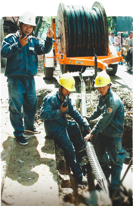 Workers of Ho Chi Minh City Power Corporation pull out new underground electrical cables on Hai Ba Trung Street, District 1 on November 8, 2020. Photo: Nguyen Cong Thanh / Tuoi Tre