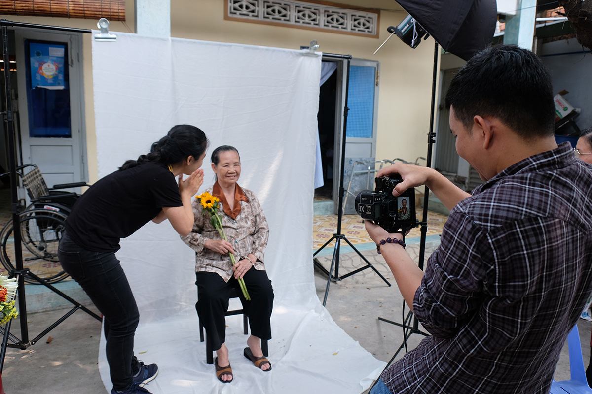 Ho Chi Minh City youths organize charitable photo shoot for elderly citizens