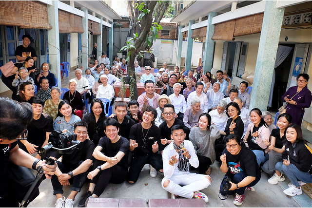 Members of 'Ngay Mong Mo' program pose for a photo with elderly people at Thien An social protection center in Ho Chi Minh City, January 16, 2021. Photo: Vu Thuy / Tuoi Tre