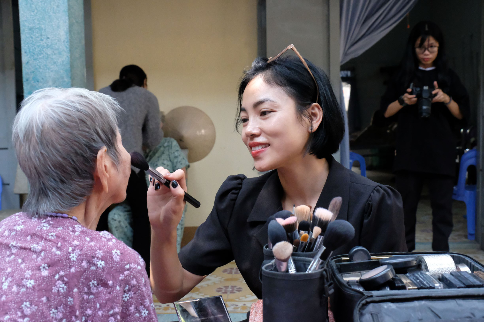 Van Thi puts on makeup for an elderly woman at Thien An social protection center in Ho Chi Minh City, January 16, 2021. Photo: Vu Thuy / Tuoi Tre