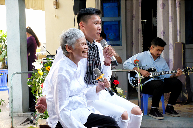 My Le, 75, performs a song with members of 'Ngay Mong Mo' program at Thien An social protection center in Ho Chi Minh City, January 16, 2021. Photo: Vu Thuy / Tuoi Tre