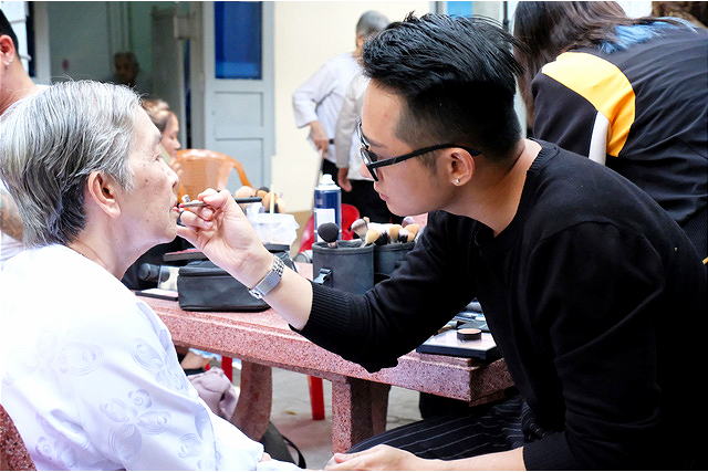 Makeup artist Vien Duong puts lipstick on 74-year-old Huynh Thi Hong Tram at Thien An elderly protection center in Ho Chi Minh City, January 16, 2021. Photo: Vu Thuy / Tuoi Tre