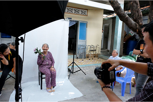 An elderly woman poses for a photo with a flower at Thien An elderly protection center in Ho Chi Minh City, January 16, 2021. Photo: Vu Thuy / Tuoi Tre