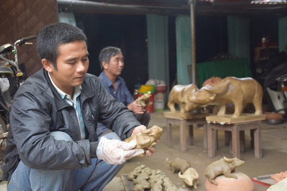 Nguyen Van Hoang creates a clay buffalo at Thanh Ha Pottery Village in Hoi An City, Quang Nam Province, Vietnam. Photo: D.T. / Tuoi Tre