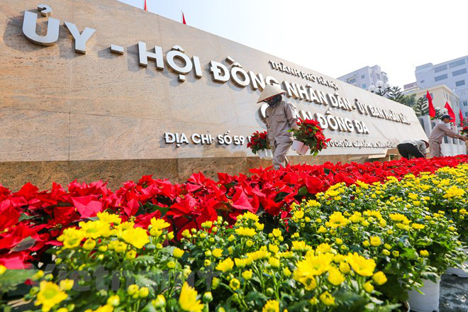 Flowers are placed in front of the headquarters of the Party Committee, People's Committee, and People's Council in Dong Da District, Hanoi. Photo: Vietnam News Agency