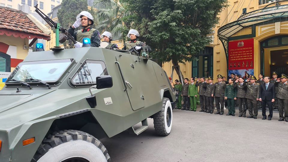 Officers under the Hanoi Department of Public Security salute on an armored vehicle during the ceremony on January 20, 2021. Photo: D. Le / Tuoi Tre