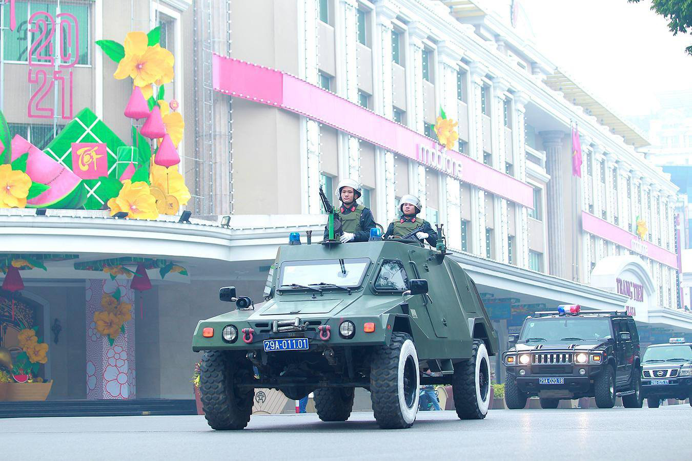 Armored vehicles join a parade on a street following the ceremony in Hanoi, January 20, 2021. Photo: D. Le / Tuoi Tre