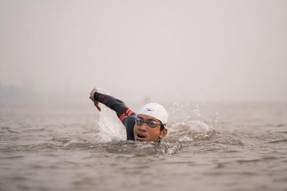 Nguyen Ngoc Khanh swims in the Hong River. Photo: N. Khanh / Tuoi Tre