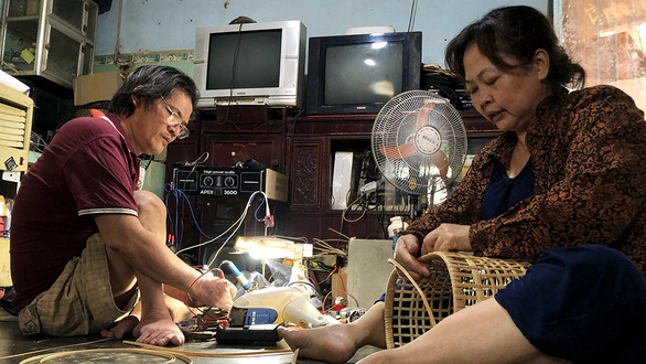 Nguyen Ky Phong and his wife, Duong Thi Thu Lieu, or Thu, make a living by fixing electronic household appliances and weaving baskets at their home in Dong Nai Province, Vietnam. Photo: Dieu Qui / Tuoi Tre