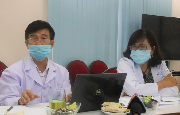 Dr. Le Minh Nguyet (right) and Dr. Nguyen Hoang Tuan, head and deputy head of Mekong Maternity Hospital's department of general planning, speak at a press briefing at the hospital in Ho Chi Minh City, January 20, 2021. Photo: Xuan Mai / Tuoi Tre