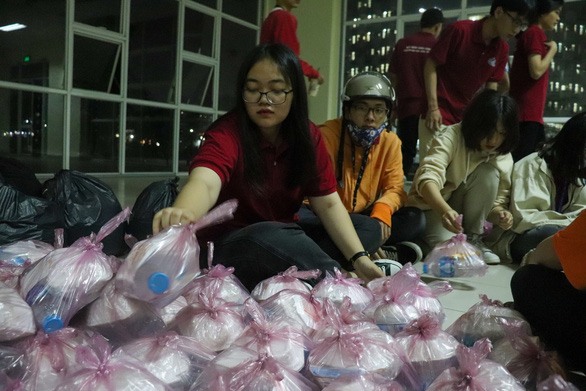 Anh Den Dem Members pack gifts in preparation for their night drive. Photo: Nhat Thu / Tuoi Tre
