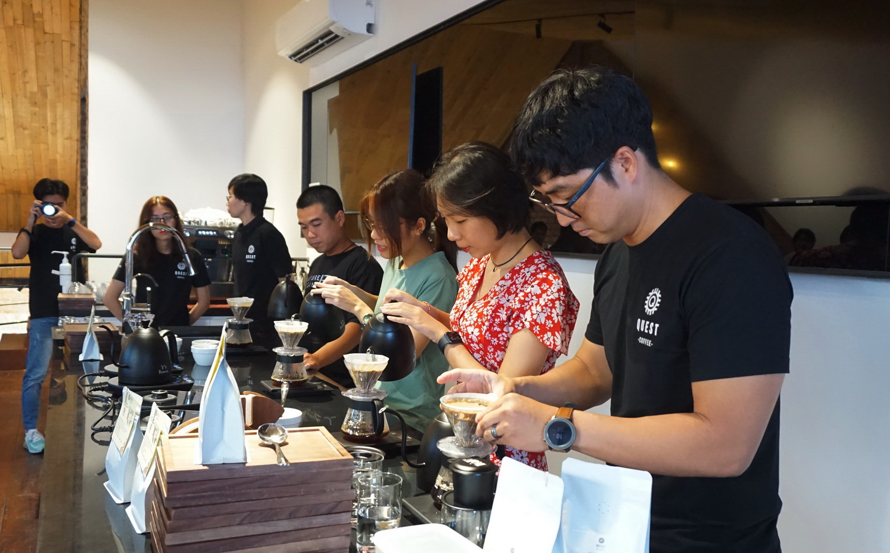 Baristas from Quest Coffee are instructing a participant (second from right) to make coffee at the Vietnamese Coffee Fair: Tet Edition in Ho Chi Minh City in January, 2021. Photo: Linh To/ Tuoi Tre News