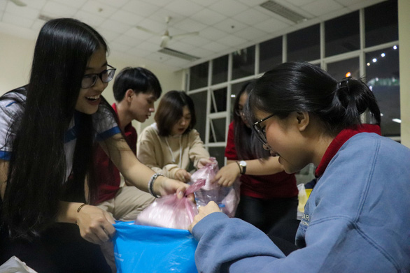 Volunteer students divide donations into three groups for distribution in Ho Chi Minh City. Photo: Nhat Thu / Tuoi Tre