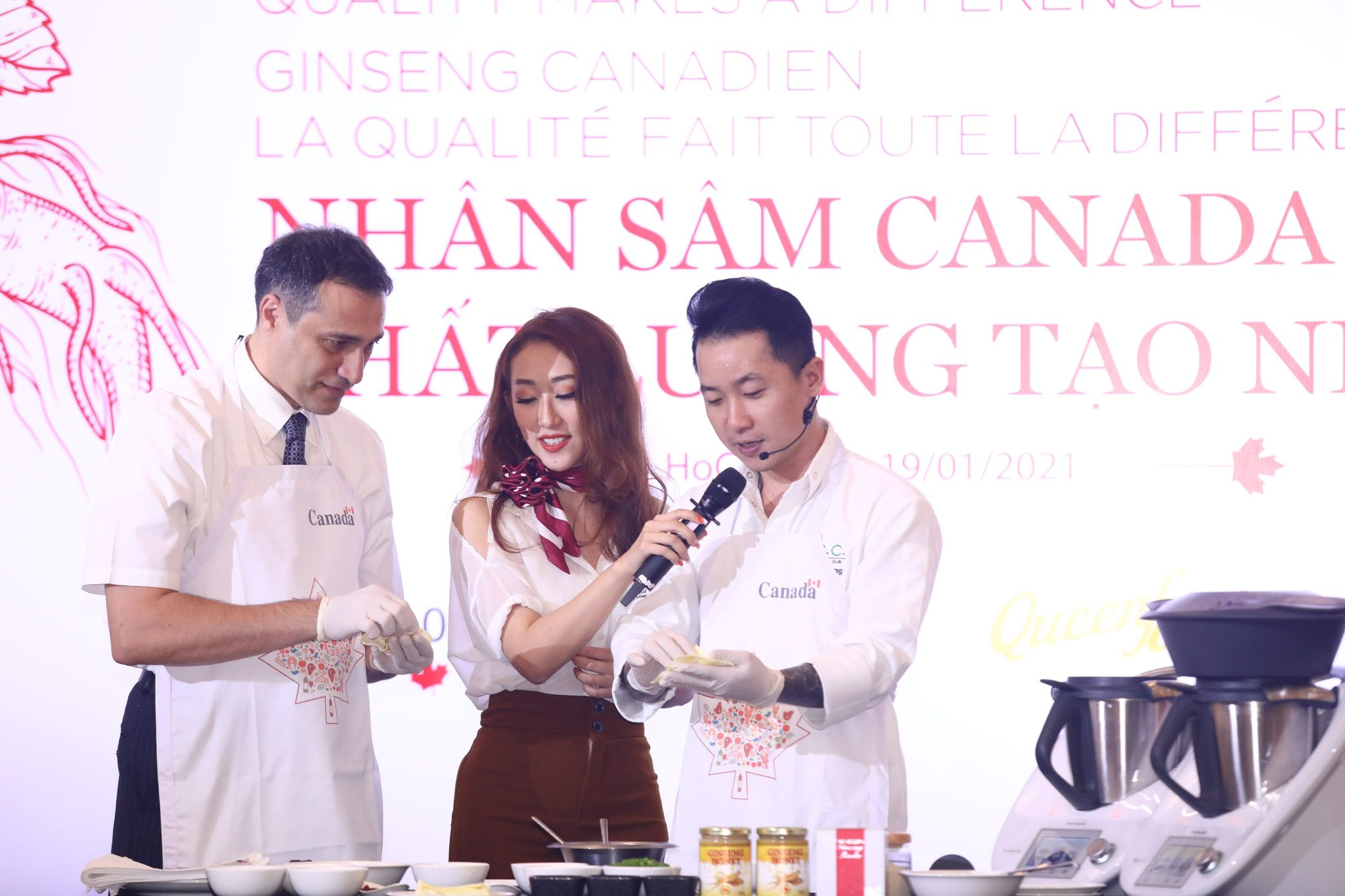 Chef Cam Thien Long (right) instructs Consul General of Canada in Ho Chi Minh City Behzad Babakhani to make foods using Canadian ginseng and local ingredients at an event to promote Canadian ginseng in Ho Chi Minh City in January. Photo by courtesy of Consulate General of Canada in Ho Chi Minh City.