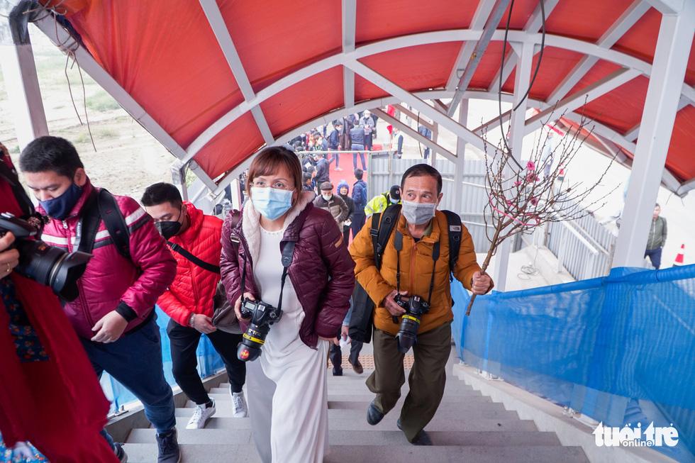 Visitors climb the stairs to reach the metro train at S1 terminal in Hanoi, January 23, 2021. Photo: Pham Tuan / Tuoi Tre