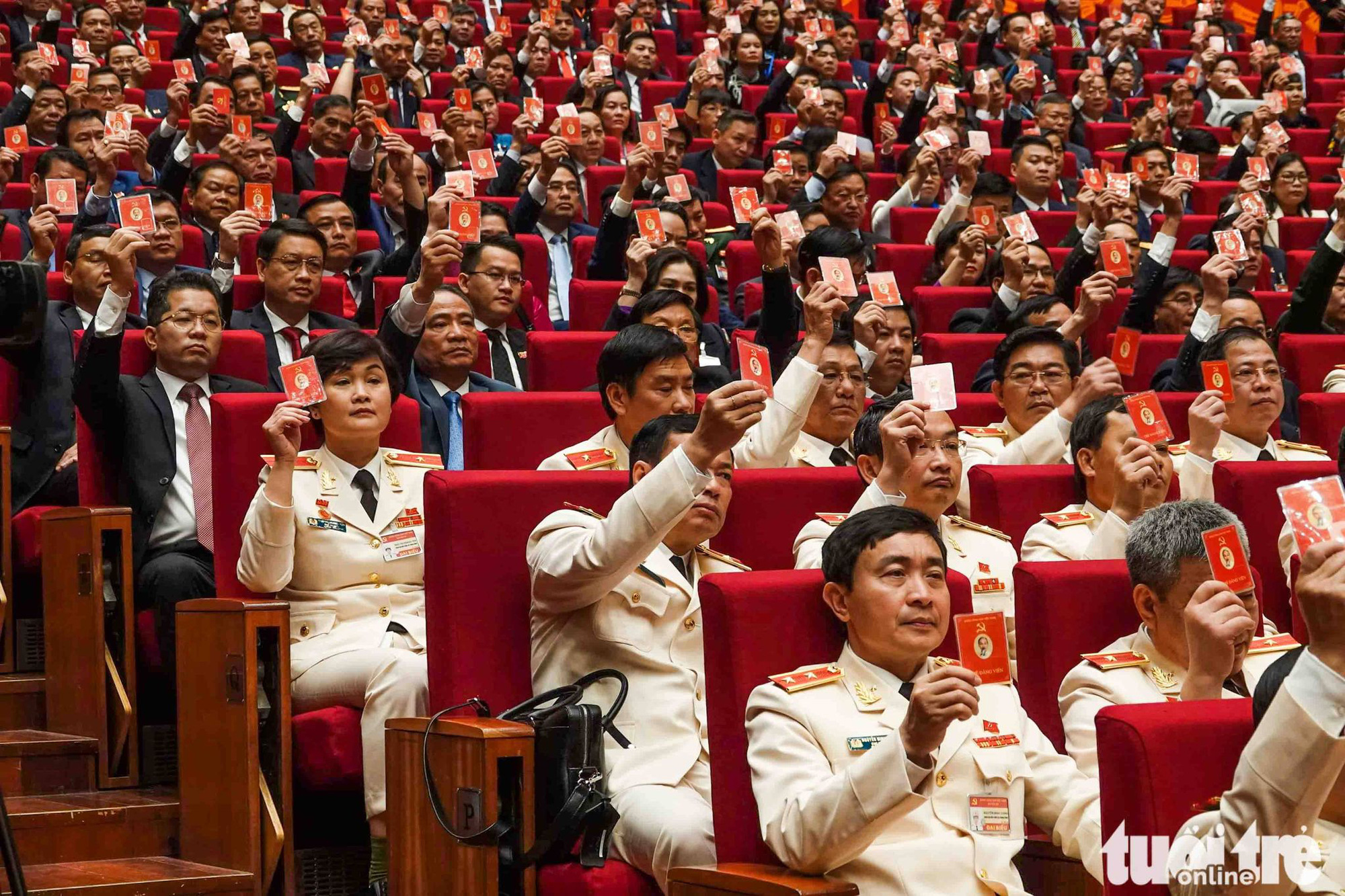 Delegates vote to approve the working program of the 13th National Party Congress in Hanoi, January 25, 2021. Photo: Vien Su / Tuoi Tre