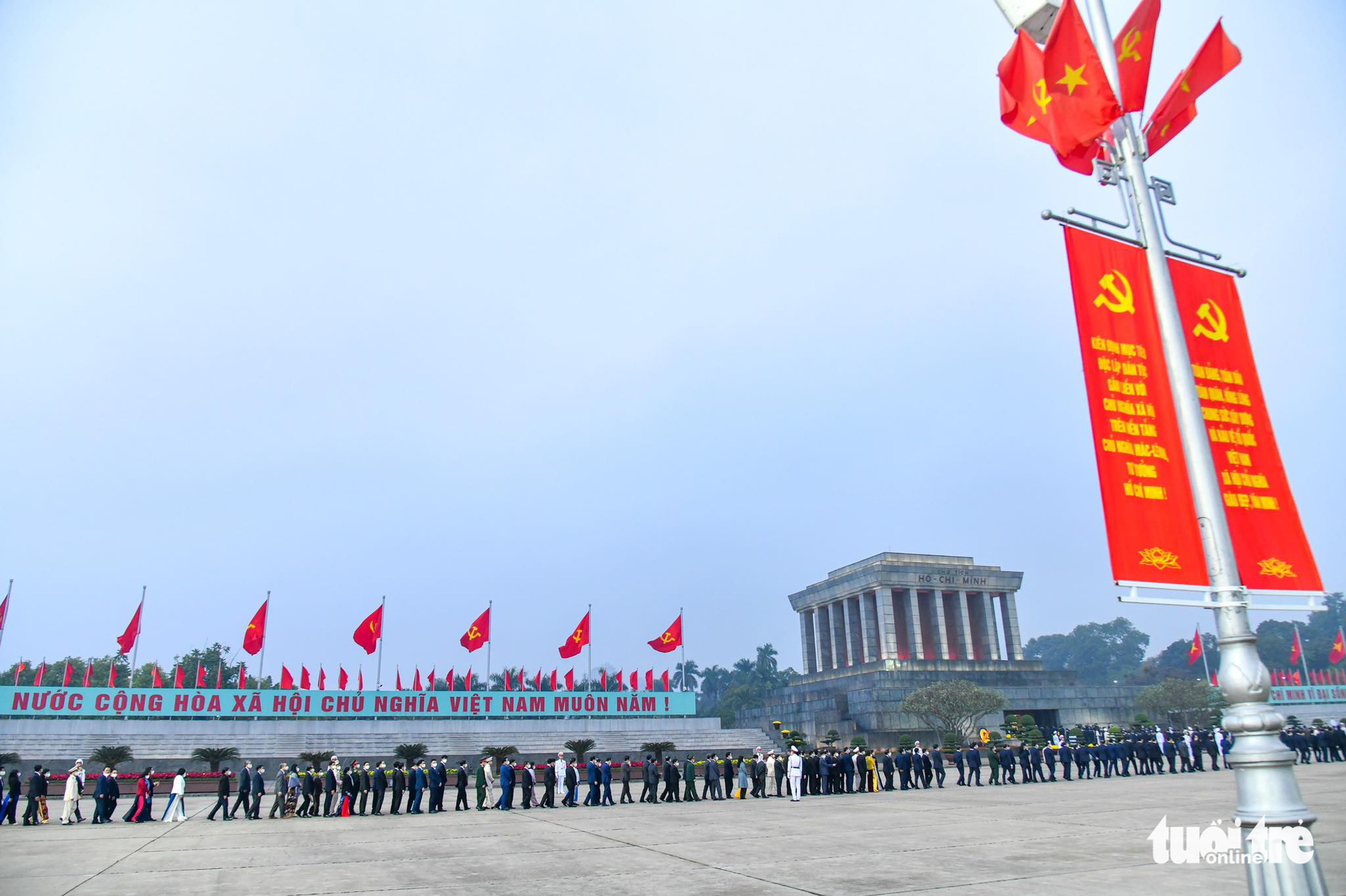 High-ranking officials pay tribute at the Ho Chi Minh Mausoleum in Hanoi, January 25, 2021. Photo: Quang Minh / Tuoi Tre