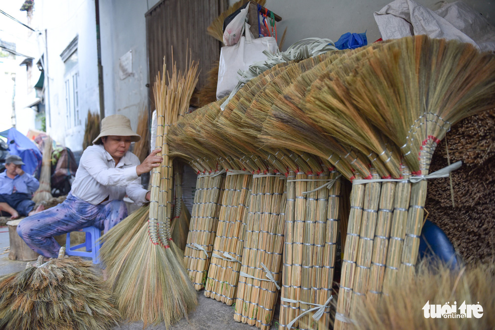 Around five brooms are bundled into a pack to be available to be transported to markets. Photo: Minh Phuong / Tuoi Tre