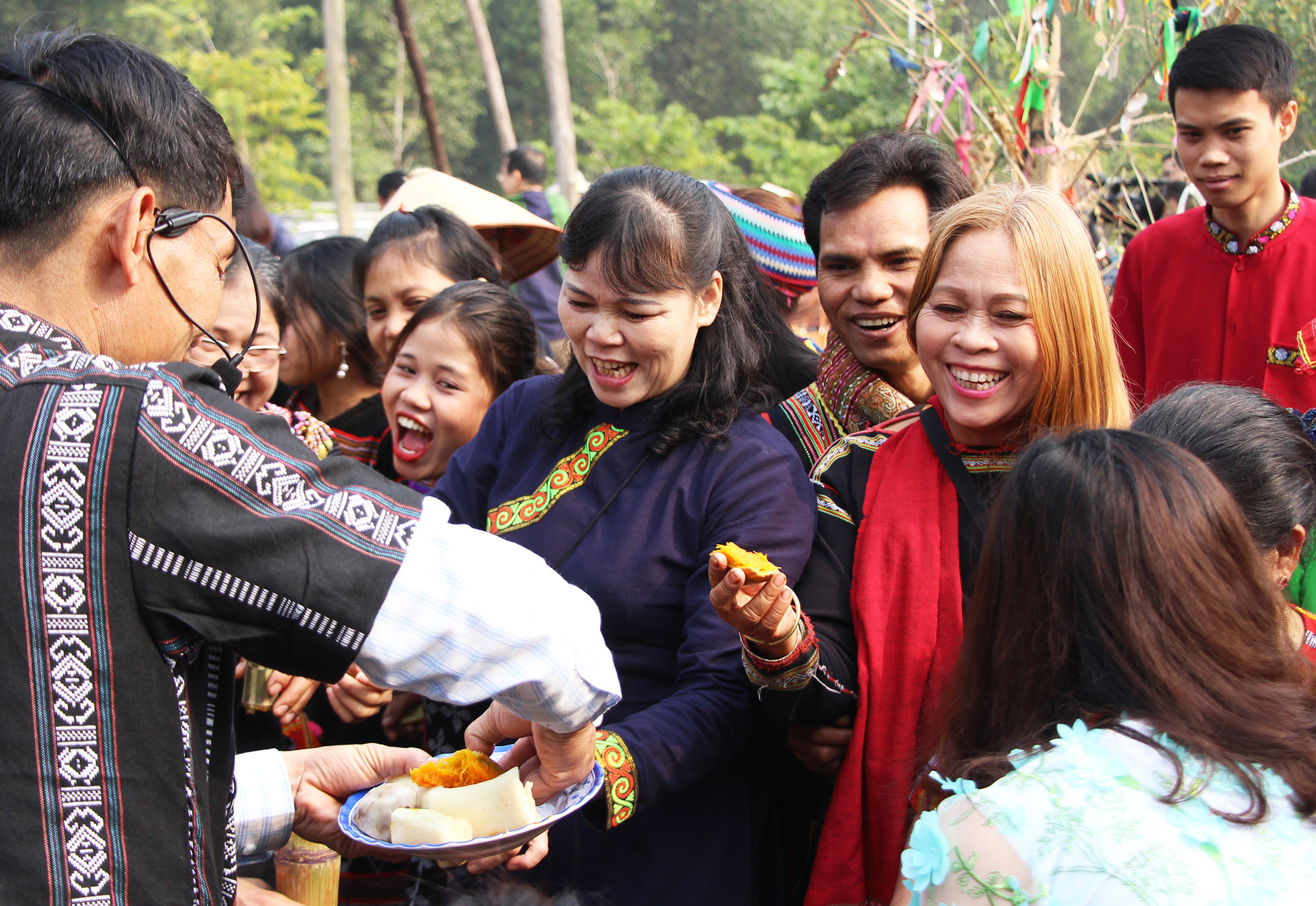 Visitors enjoy Kho Mu people's traditional food at a festival at the Vietnam National Village for Ethnic Culture and Tourism in Hanoi, January 24, 2021. Photo: Ha Quan / Tuoi Tre